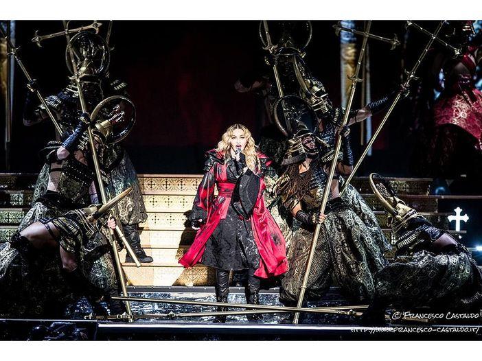 Madonna, scatto hot appoggiata alla stampella