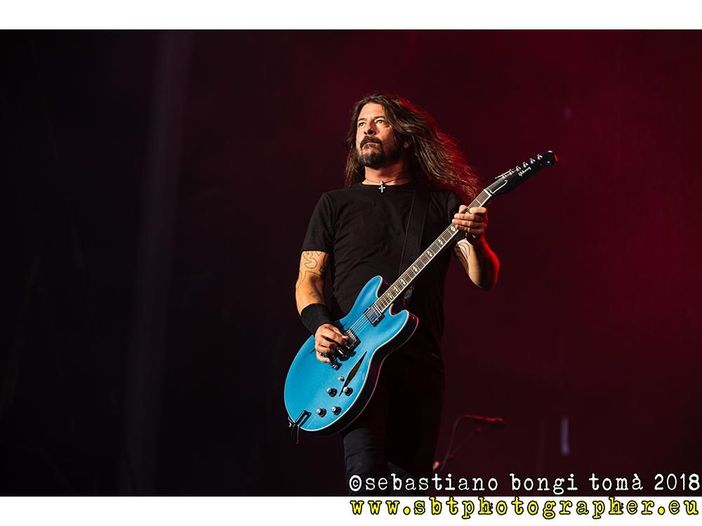 Dave Grohl cade dal palco al primo concerto dell'anno dei Foo Fighters - VIDEO