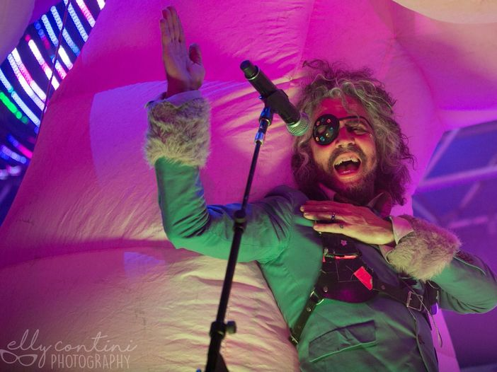 "I Flaming Lips sulle orme di David Bowie e Bing Crosby. Guarda il video di ""Peace on Earth/Little Drummer Boy"""
