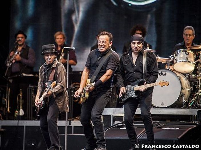 """Bruce Springsteen, a Londra balla """"Dancing in the dark"""" con Courteney Cox (un poco gli somiglia) - VIDEO"""