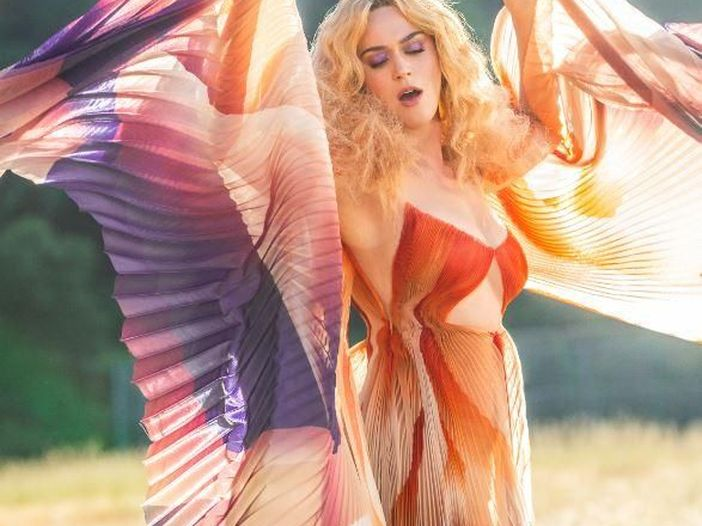 Katy Perry in topless nel video del singolo natalizo 'Cozy little Christmas'