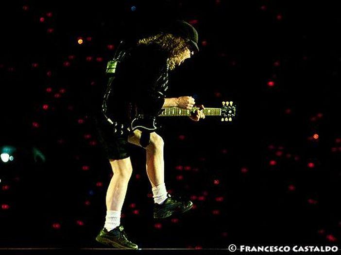 """AC/DC: i fan inglesi vogliono portare """"For those about to rock"""" in cima alla classifica a Natale"""
