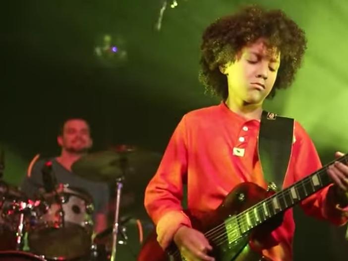 Piccoli Hendrix crescono: un ragazzino di 12 anni suona l'inno americano alla chitarra elettrica - VIDEO