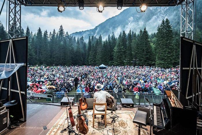 https://a6p8a2b3.stackpathcdn.com/j4VluzJmep8QZEIGL3M8XKkEkH4=/700x0/smart/rockol-img/img/foto/upload/ben-harper-laghi-di-fusine-no-borders-music-festival-2018-img2221.jpg