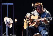 Eddie Vedder sul palco con gli Strokes: ecco i video live del concerto in California