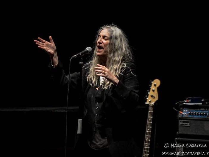 """Patti Smith, Michael Stipe, Manuel Agnelli e altri eseguono """"People have the power"""": video"""