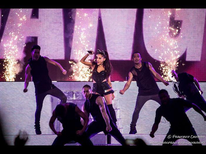 La CNN: 'Ariana Grande ha sospeso il tour dopo l'attentato a Manchester'