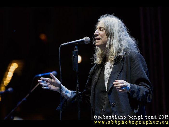 Patti Smith alla consegna dei Nobel canta 'A hard rain's a-gonna fall' di Bob Dylan e cede all'emozione - GUARDA