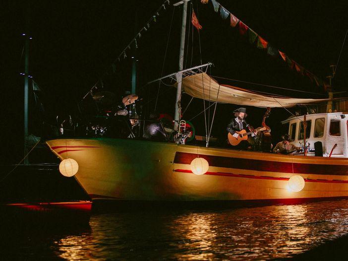 """""""Porto Rubino"""", un viaggio in musica tra i mari della Puglia che unisce artisti e racconti diversi"""