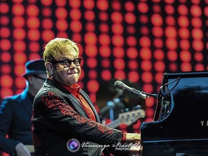 """Elton John 'sconvolto' dalla interpretazione di Taron Egerton in """"Rocketman"""", il film sulla sua vita - GUARDA"""