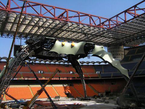 Milano - Stadio Meazza - Venerdì 3 luglio 2009 - Claw, il palco degli U2, prende forma