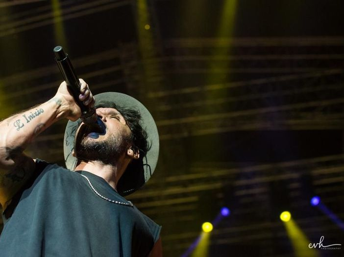 Fabrizio Moro, il racconto del concerto alla curva dello Stadio Olimpico (che potrebbe diventare un disco dal vivo)