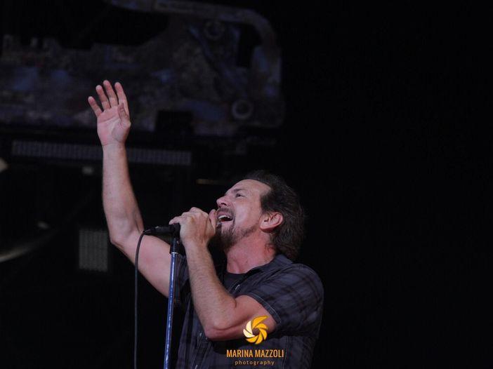 Pearl Jam a Milano: la moglie di Eddie Vedder sale sul palco con una giacca in risposta a Melania Trump – FOTO