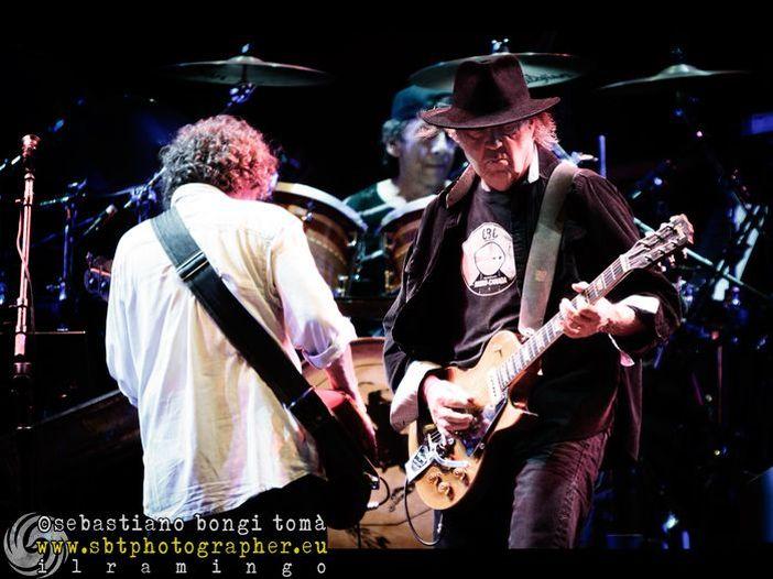 BottleRock: staccano la corrente a Neil Young, ma lui continua - VIDEO