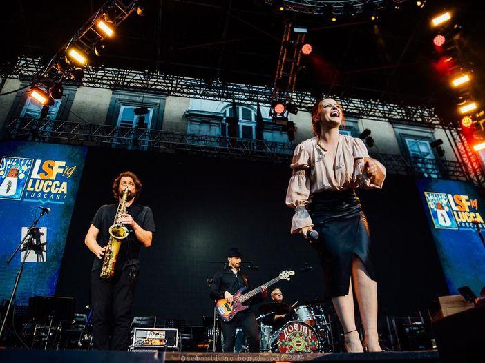 Sanremo 2016: Noemi, Arisa, Ruggeri, Fornaciari e Bluvertigo con i colori dell'arcobaleno sul palco