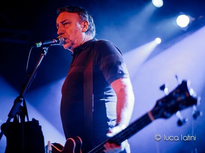 Peter Hook, concerto per i 35 anni dalla scomparsa di Ian Curtis: suonerà tutte le canzoni dei Joy Division