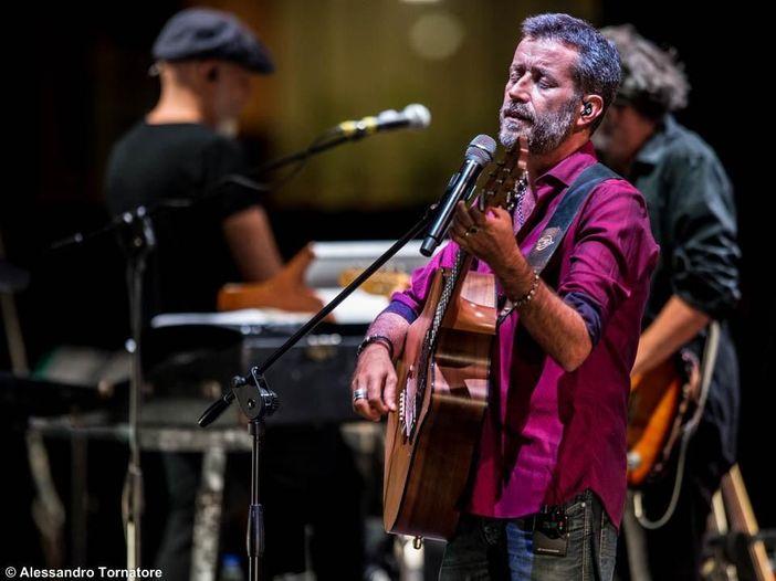 Il cantautorato antisistema di Silvestri, che canta Gaber e critica i trapper