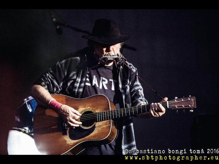 Neil Young, a breve il documentario 'Mirror Ball Movie' con i Pearl Jam nell'archivio online del cantautore