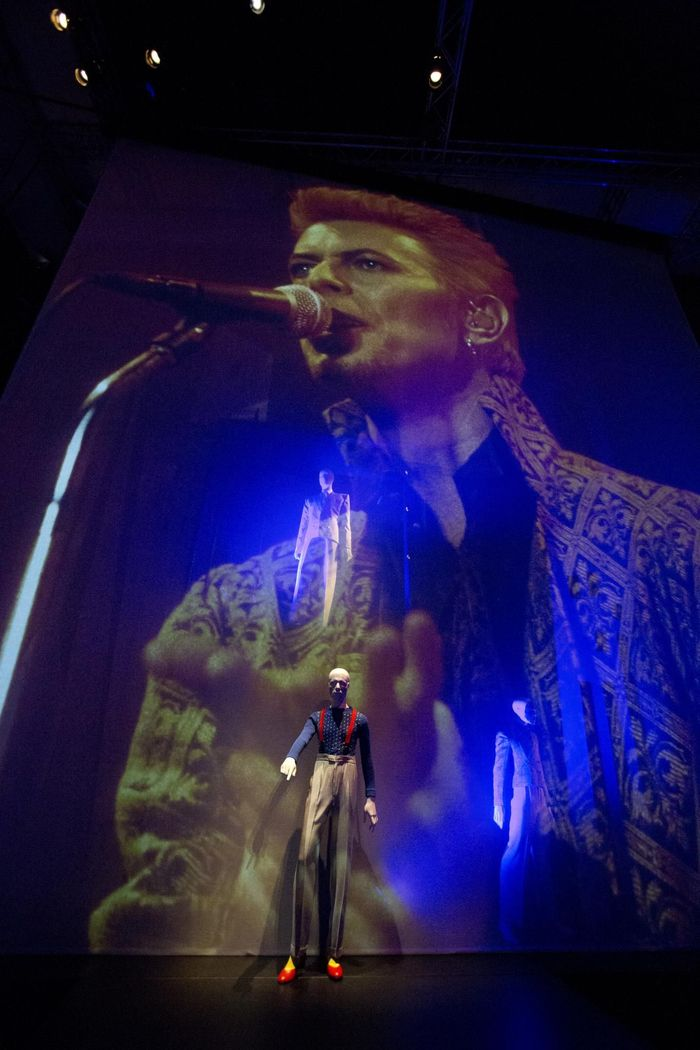 https://a6p8a2b3.stackpathcdn.com/pu8L5rvAO_20QiNk107IS0eNfpY=/700x0/smart/rockol-img/img/foto/upload/installation-shot-of-david-bowie-is-at-the-v-a-is-courtesy-david-bowie-archive-c-victoria-and-albert-museum-london-7.jpg