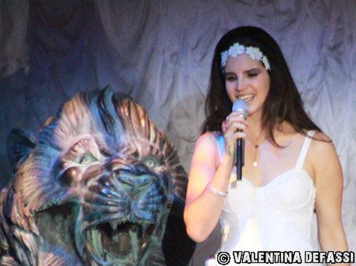 Florida, paura per Lana Del Rey al concerto: rapimento sventato dalla polizia