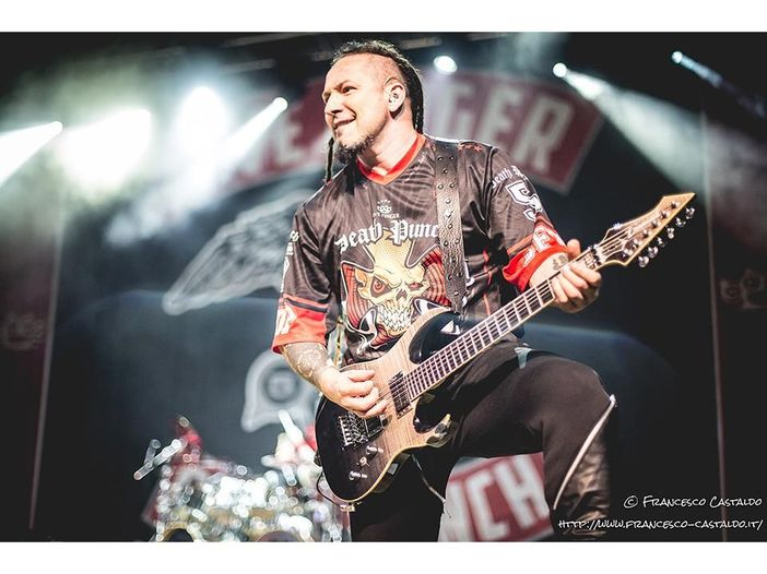 I Five Finger Death Punch invitano una signora di 70 anni sul palco per suonare l''air guitar' - VIDEO