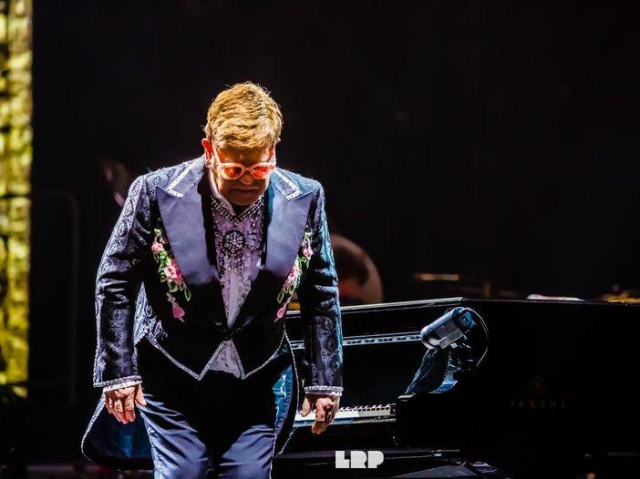 Elton John, cuore d'oro, non dimentica una sua ex di 50 anni fa