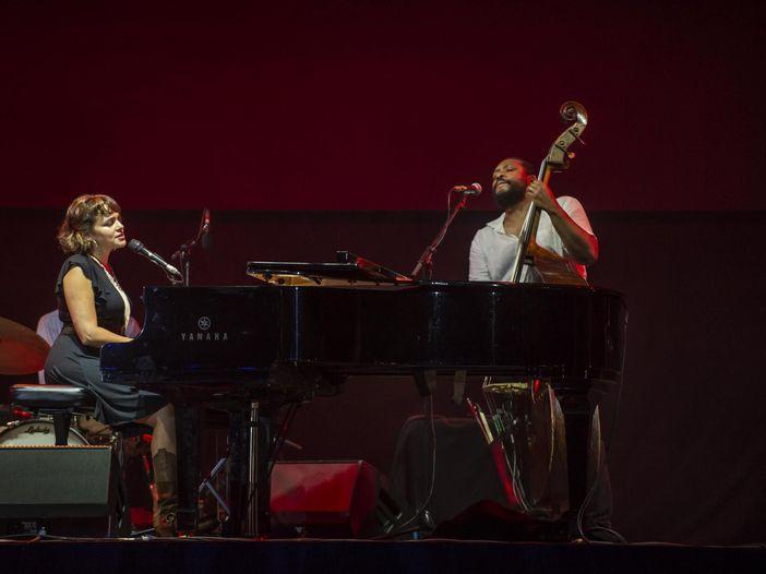 Norah Jones e Marcus Miller in concerto al Lucca Summer Festival: le foto e i video della serata
