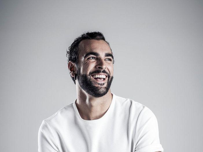 """Marco Mengoni (""""Best italian act"""" agli EMA) pubblica il nuovo singolo 'Ti ho voluto bene veramente': l'ascolto di Rockol - GUARDA IL VIDEO"""