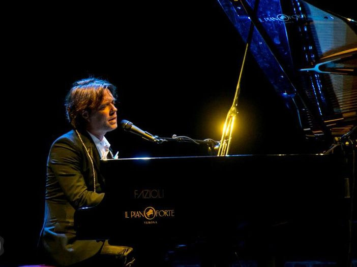 """Rufus Wainwright rilegge Stevie Wonder: il video di """"Signed, Sealed, Delivered (I'm Yours)"""""""