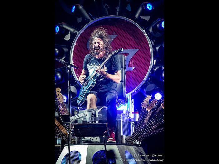 Foo Fighters, Dave Grohl regala il suo stivaletto ortopedico ad una fan infortunata