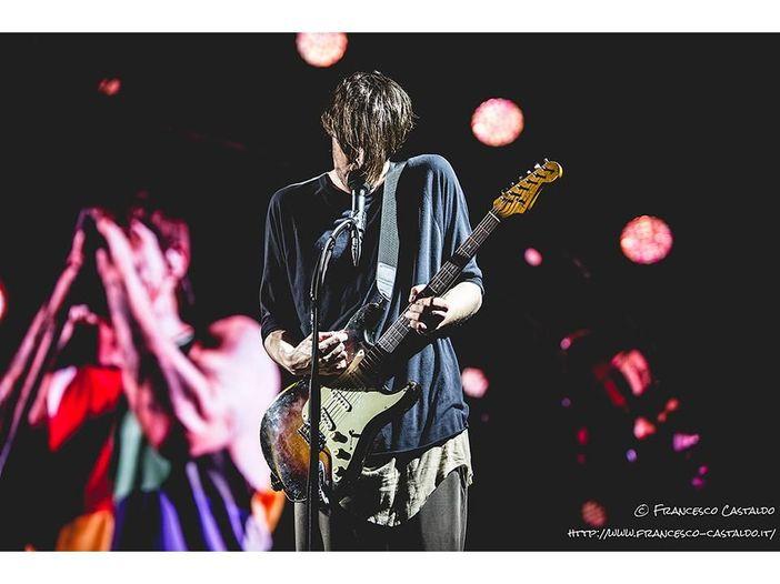 """Un supergruppo formato da membri di Pearl Jam e Red Hot Chili Peppers esegue """"Purple Rain"""" di Prince per beneficenza - VIDEO"""