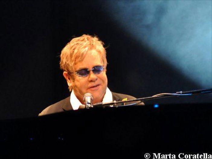 Elton John in giro per Capri senza mascherina: denunciato, ma è polemica