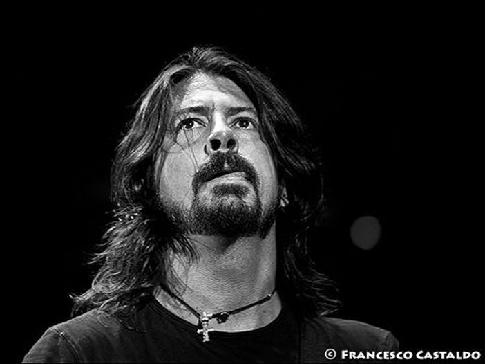 Foo Fighters, Dave Grohl si vergogna di Donald Trump quando è in tour all'estero: 'Sento di dovermi scusare per lui'