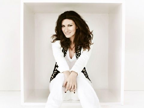 Laura Pausini febbricitante, niente World Music Awards (ma vocal coach a La Voz)