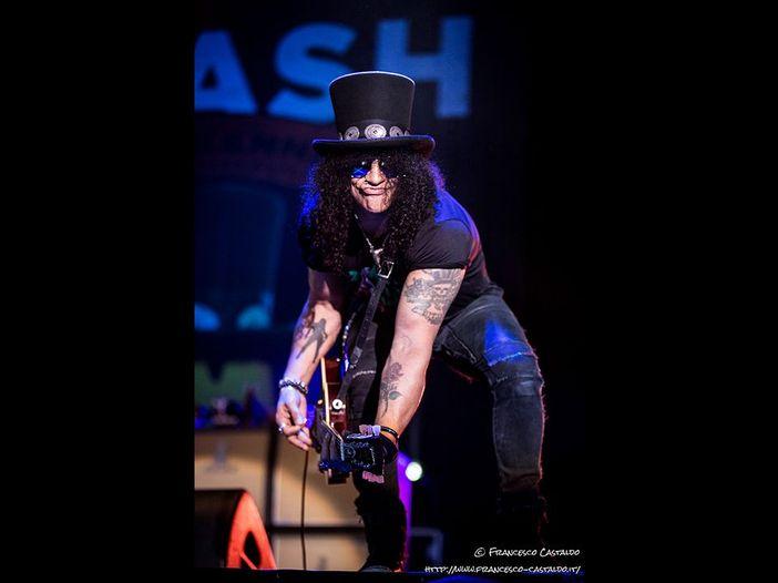 """Slash, il provocatorio (lyric?) video di """"World on fire"""". GUARDA"""