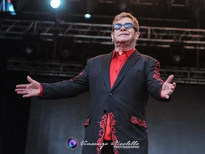 Elton John a Mantova, omaggio alle vittime degli attentati e un discorso che suona come un addio: la recensione