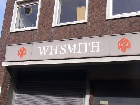 UK: HMV lascia un buco, WH Smith si rimette a vendere cd