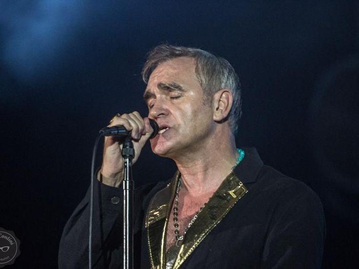 Morrissey, fan sul palco durante un concerto a San Diego: video