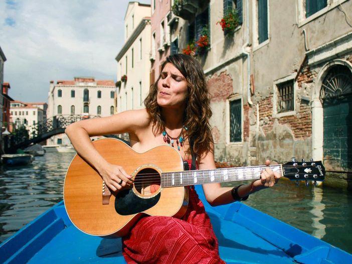 Indiemood sessions: Elisa Bonomo nei canali di Venezia - VIDEO