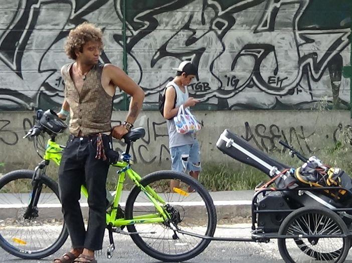 Francesco Morrone, il busker-ciclista: la sua storia in questo video