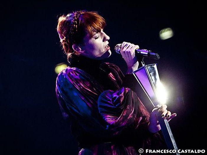 Florence and the Machine e Maccabees, ecco la cover di 'I Love You All the Time' degli Eagles of Death Metal per la campagna 'Pay It Forward' - ASCOLTA