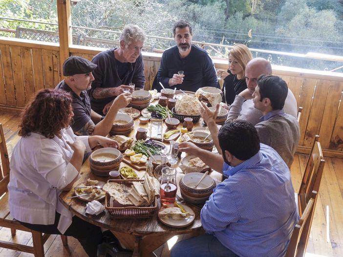 """Serj Tankian in """"Cucine segrete"""" di Anthony Bourdain: guarda il video in anteprima"""