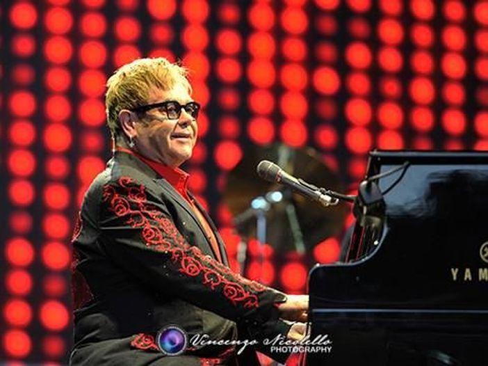 Elton John è stato colpito in faccia da una collana durante la sua 'Million Dollar Piano' residency a Las Vegas