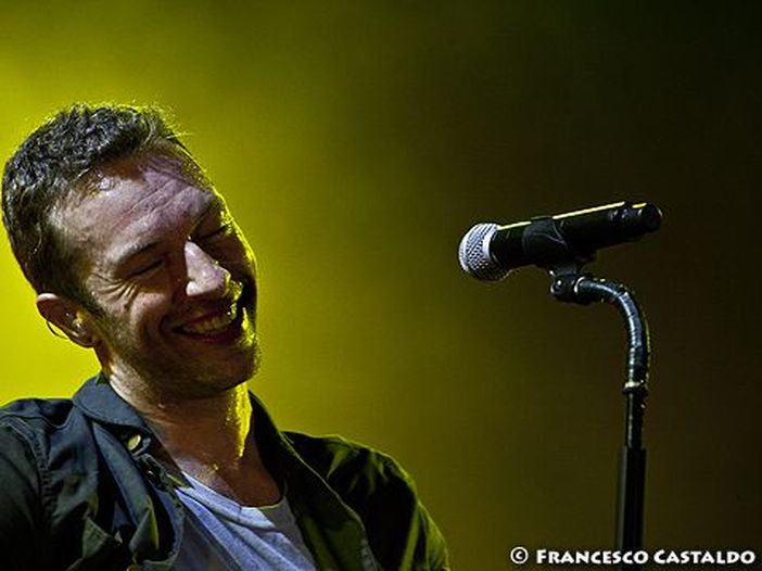 "Chris Martin (Coldplay) si è esibito in un centro per senza tetto e ha dedicato ""Last Christmas"" a George Michael - GUARDA"
