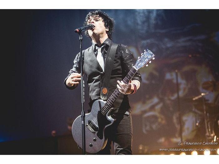 Green Day: al concerto di Londra regalano una chitarra a una fan disabile - VIDEO