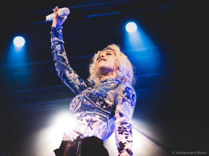 Rita Ora, ospite in incognito a The Voice in Germania. I giudici non la riconoscono e le dicono: 'Sei quasi uguale a quella vera' - VIDEO