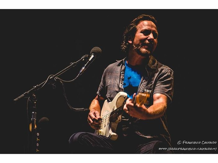 Eddie Vedder dei Pearl Jam suona per strada a Chicago - VIDEO