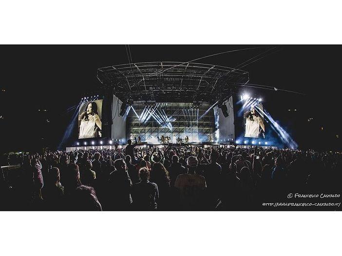Rihanna colpisce un fan col microfono. Il video