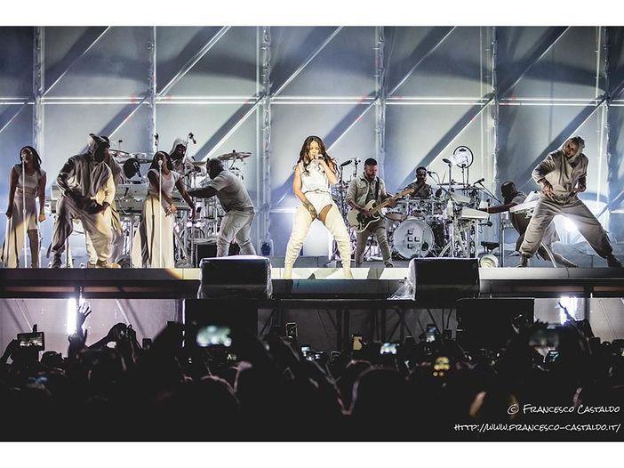 Rihanna, uno spettatore duetta con lei...cantando meglio - VIDEO