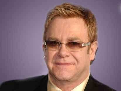 'Salvare i negozi di dischi HMV': e Elton John ci va a suonare dentro